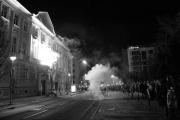 Ob 19.00, usklajeno z večernimi novicami, pade ukaz za intenziven napad na stavbo občine...